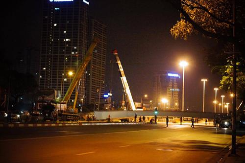 Rơi dầm thép khổng lồ giữa đêm ở Hà Nội - 2