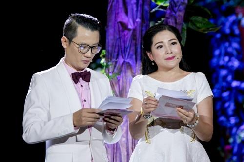 Vợ Hoàng Bách xinh đẹp đi cổ vũ chồng làm MC - 2