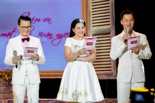 Vợ Hoàng Bách xinh đẹp đi cổ vũ chồng làm MC - 1
