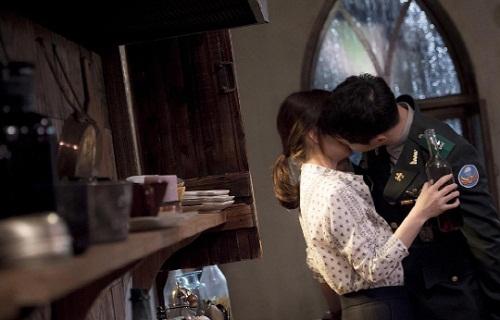 """Cận cảnh màn """"khóa môi"""" của Song Hye Kyo với trai trẻ - 3"""