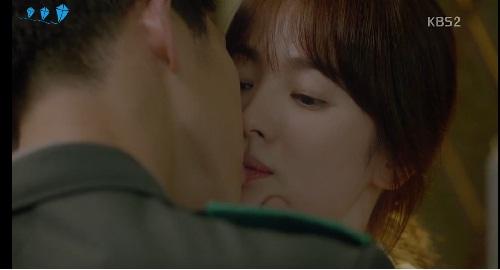 """Cận cảnh màn """"khóa môi"""" của Song Hye Kyo với trai trẻ - 1"""