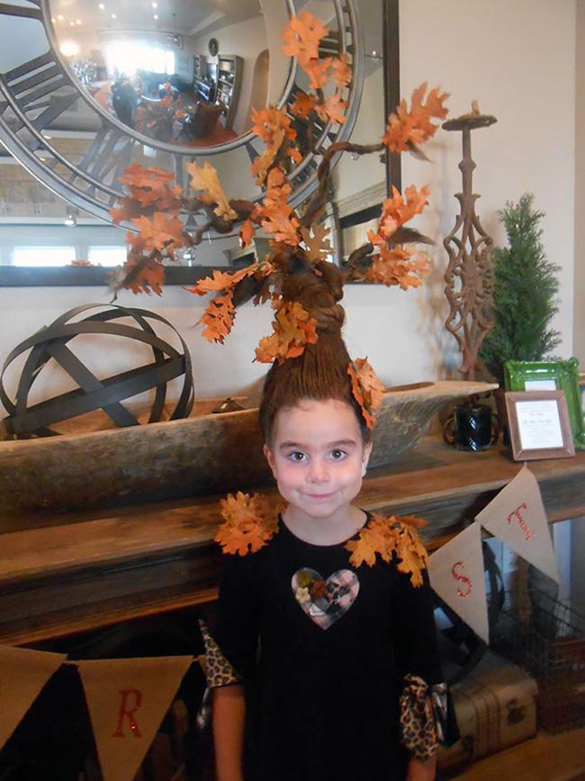 Em bé chịu chơi mang cả cây phong cổ thụ trên đầu,