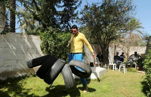 Chàng trai siêu khỏe kéo xe 15 tấn bằng răng - 5