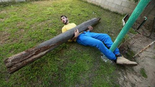 Chàng trai siêu khỏe kéo xe 15 tấn bằng răng - 4