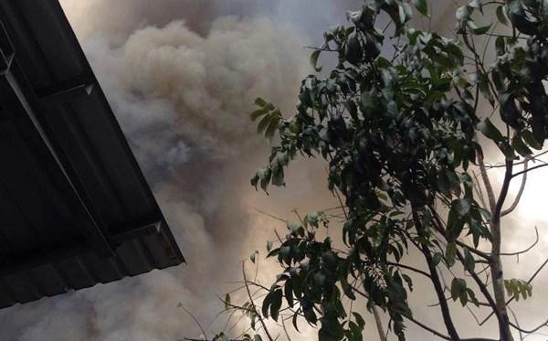 Ngọn lửa bao trùm xưởng gỗ 200m2, người dân hoảng loạn - 2
