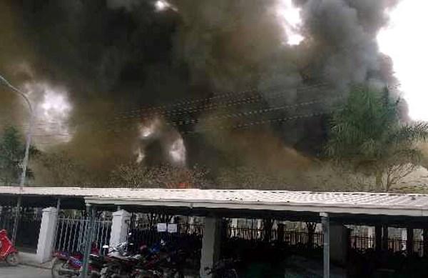 Ngọn lửa bao trùm xưởng gỗ 200m2, người dân hoảng loạn - 3