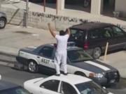Thể thao - Gã say đá hiểm hạ gục cảnh sát giữa phố