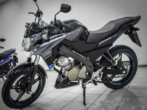So kè Yamaha FZ150i và Honda CB150R 2016 mới về Việt Nam