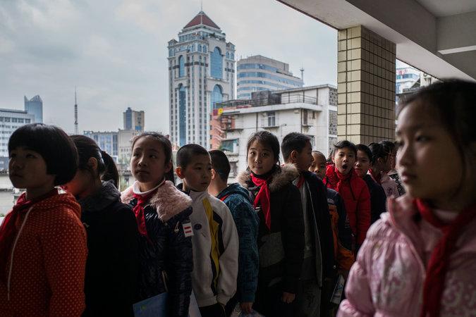 Người Trung Quốc dạy con: Vả vào mặt nếu không nghe lời - 1