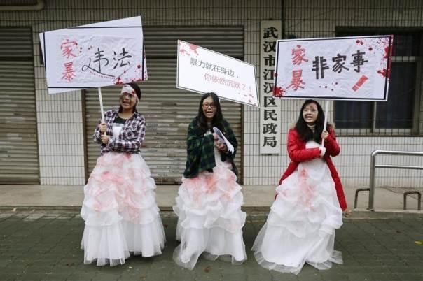 Người Trung Quốc dạy con: Vả vào mặt nếu không nghe lời - 2