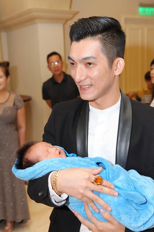Phi Thanh Vân lần đầu khoe con trai - 2