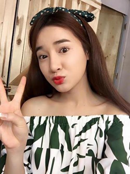 Facebook sao 12/3: Elly Trần khoe vòng 3 nóng bỏng - 4