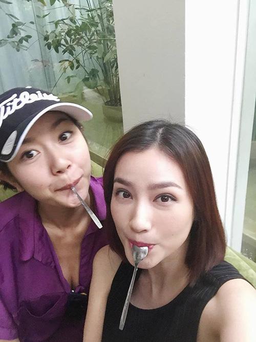 Facebook sao 12/3: Elly Trần khoe vòng 3 nóng bỏng - 12