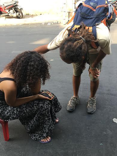 Du khách nước ngoài khóc nức nở khi bị cướp giữa TPHCM - 2