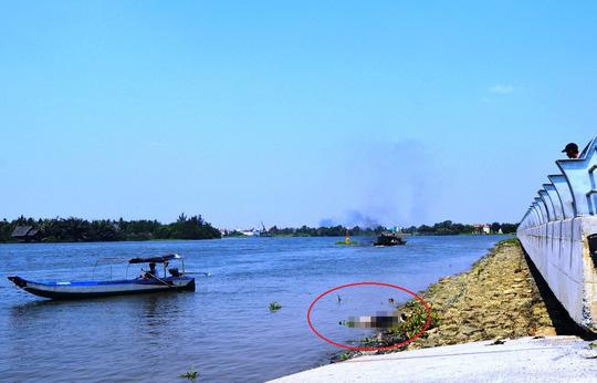 Đi đò, hành khách hốt hoảng phát hiện thi thể trôi sông - 1