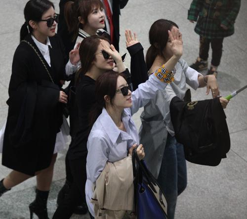 T-ara hoảng sợ vì fan Việt gây náo loạn sân bay - 1