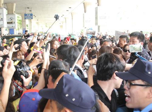 T-ara hoảng sợ vì fan Việt gây náo loạn sân bay - 4