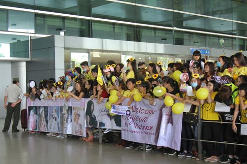 T-ara hoảng sợ vì fan Việt gây náo loạn sân bay - 8