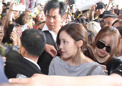 T-ara hoảng sợ vì fan Việt gây náo loạn sân bay - 2