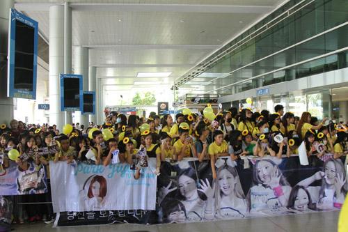 T-ara hoảng sợ vì fan Việt gây náo loạn sân bay - 9