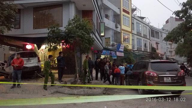 2 xe rượt đuổi nhau tông thẳng vào nhà dân - 3