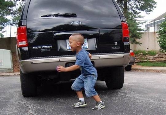 TP HCM: Cha lùi xe, vô tình cán chết con trai 2 tuổi - 1