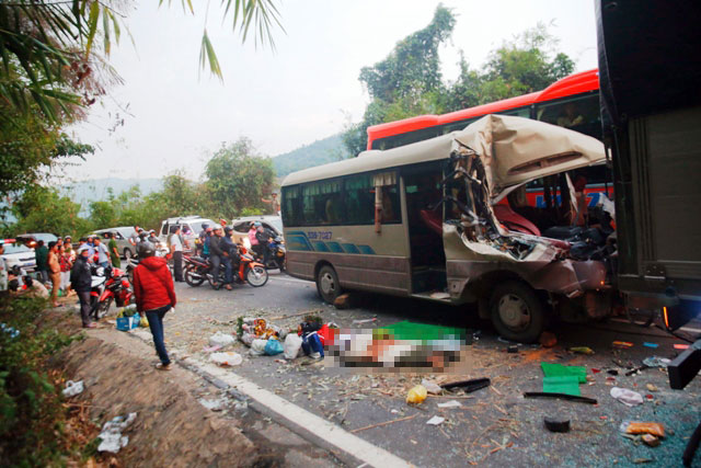 Xe khách nát đầu trên đèo Bảo Lộc, nhiều người thương vong - 1