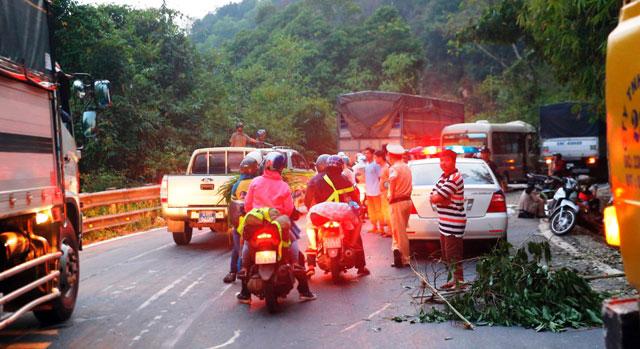 Xe khách nát đầu trên đèo Bảo Lộc, nhiều người thương vong - 3