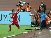 Tin bên lề bóng đá - Văn Quyết đẩy ngã trọng tài, thấm thía nỗi đau bị phạt