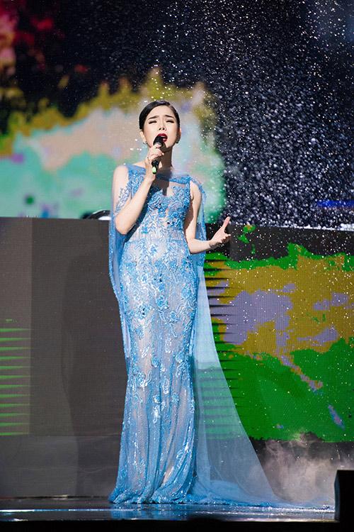 Váy hot nhất tuần: Đầm xuyên thấu kỳ công của Lệ Quyên - 3