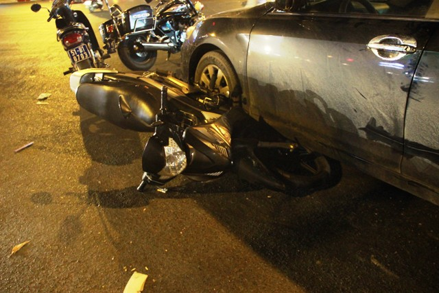 Ô tô lùi tông 3 xe máy ở vòng xoay trung tâm Sài Gòn - 1