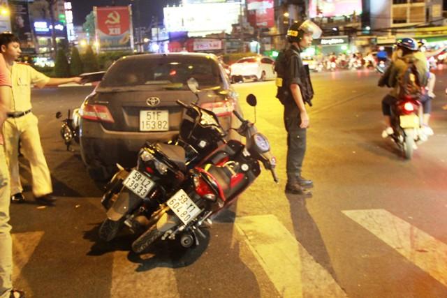 Ô tô lùi tông 3 xe máy ở vòng xoay trung tâm Sài Gòn - 2