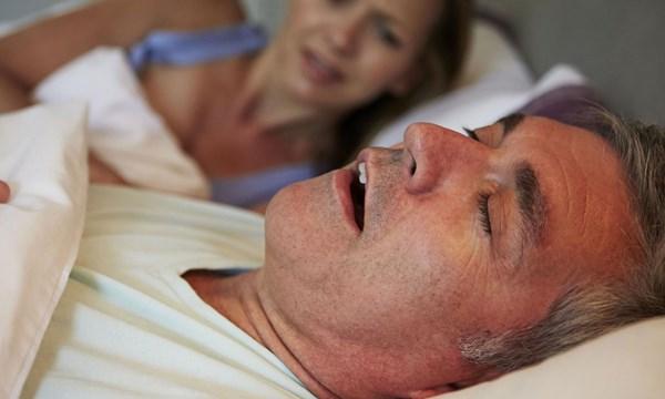 Ngủ ngáy: Dấu hiệu trở nặng của bệnh ung thư - 1