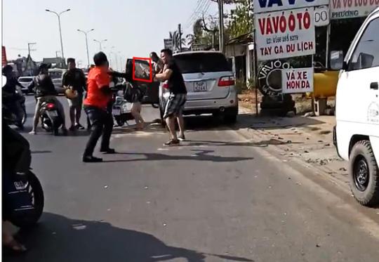 """Clip: Va quẹt xe, nhóm """"phượt"""" vây đánh người đi ô tô - 2"""