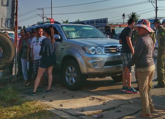 """Clip: Va quẹt xe, nhóm """"phượt"""" vây đánh người đi ô tô - 3"""