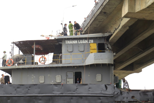 Sẽ cắt nóc cabin để giải phóng tàu đâm gãy cầu An Thái - 1
