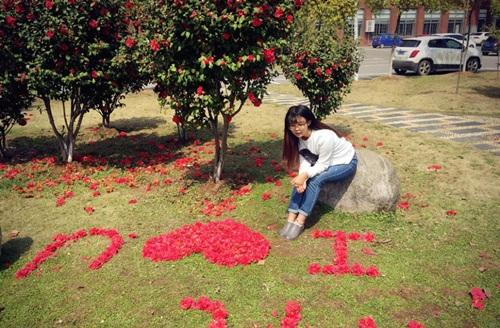 Nữ sinh xinh đẹp xếp hoa tỏ tình với bạn trai phương xa - 2