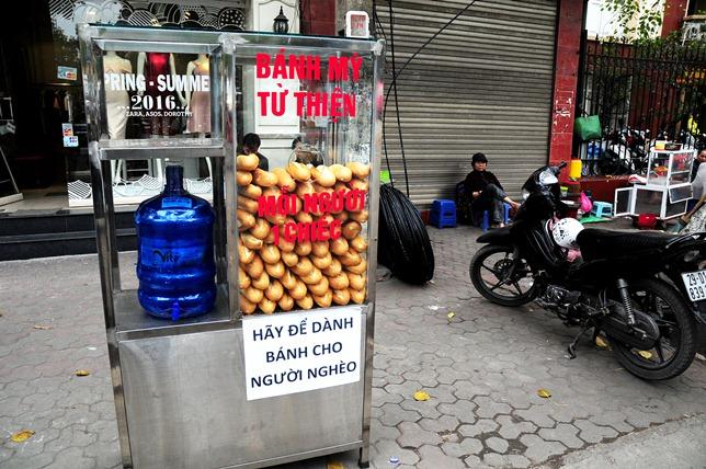 Bánh mì miễn phí cho người nghèo lần đầu xuất hiện ở Thủ đô - 1