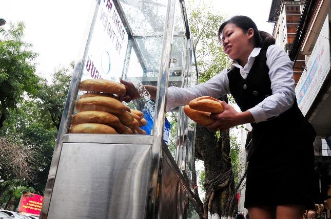 Bánh mì miễn phí cho người nghèo lần đầu xuất hiện ở Thủ đô - 3