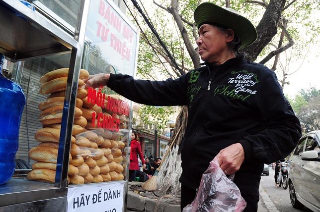 Bánh mì miễn phí cho người nghèo lần đầu xuất hiện ở Thủ đô - 4