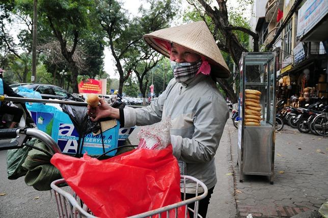 Bánh mì miễn phí cho người nghèo lần đầu xuất hiện ở Thủ đô - 6