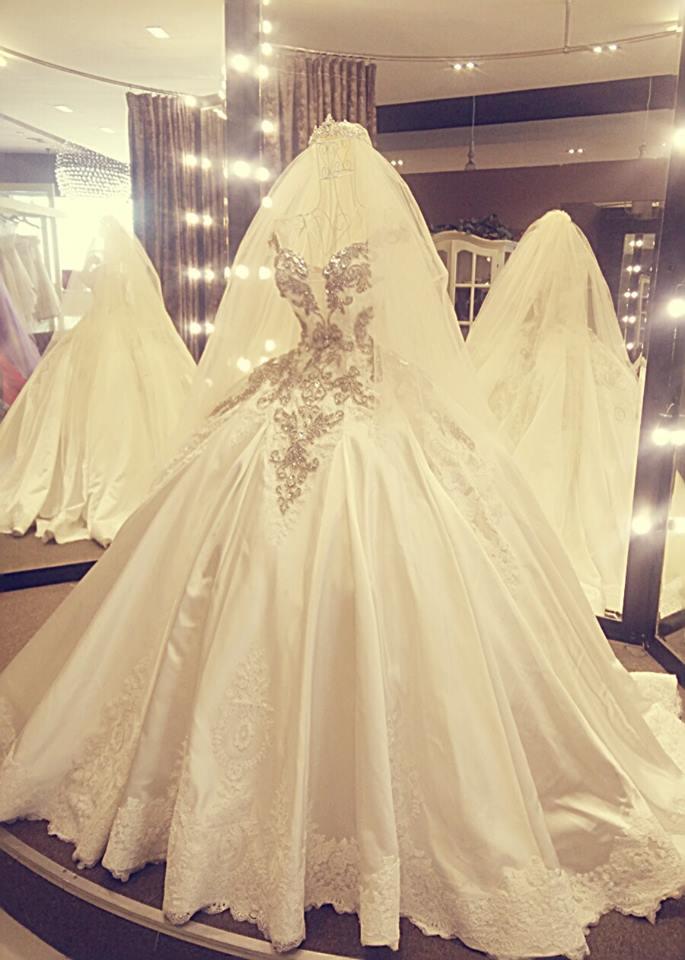 Cận cảnh váy cưới nặng 20kg của Đinh Ngọc Diệp - 2