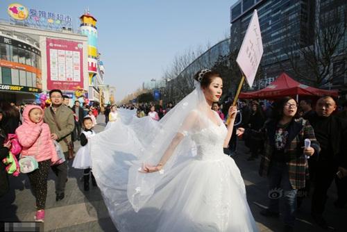 Cô dâu chơi trội diện áo dài 101m - 1