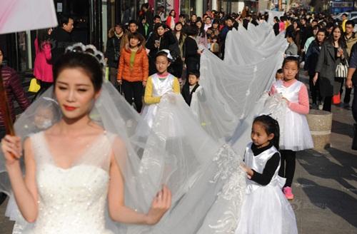Cô dâu chơi trội diện áo dài 101m - 2