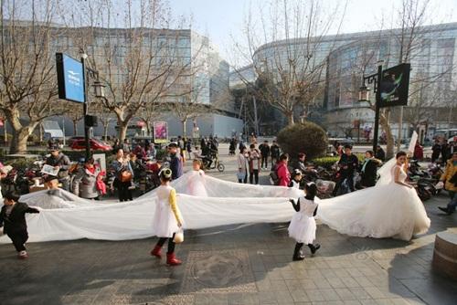 Cô dâu chơi trội diện áo dài 101m - 3