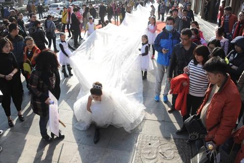 Cô dâu chơi trội diện áo dài 101m - 4