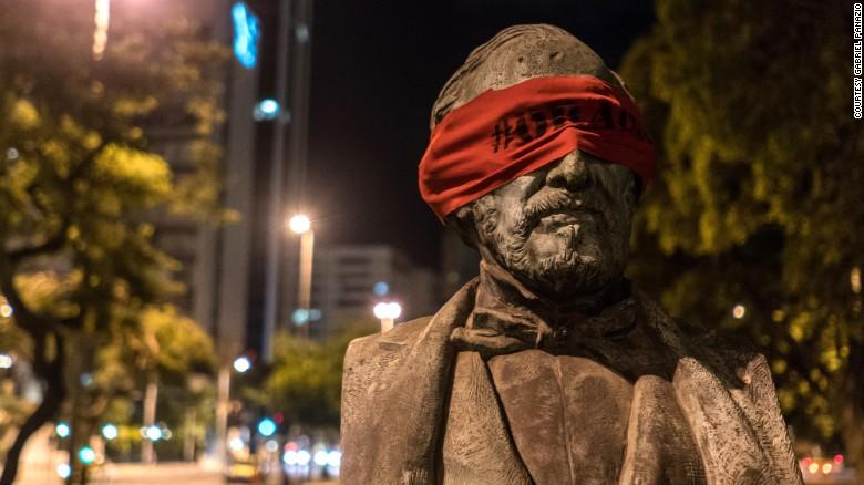 Brazil: Dân bịt mắt tượng đài để phản đối chính quyền - 1