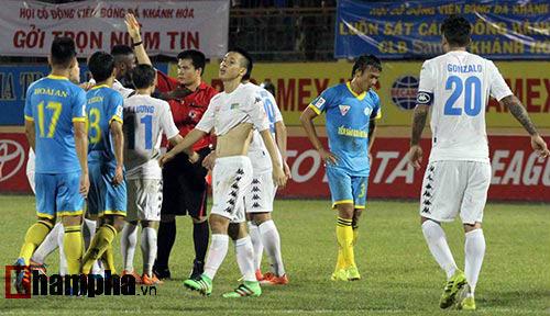 Bị loại khỏi tuyển VN, Văn Quyết còn bị treo giò 5 trận - 2