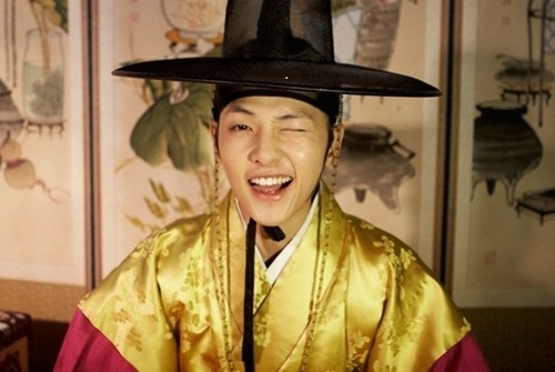 """Những kiểu nháy mắt """"đốn tim"""" fan nữ của Soong Joong Ki - 1"""