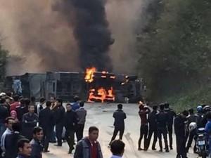 Tin tức Việt Nam - Tông xe khách, xe bồn bốc cháy, ít nhất 3 người chết